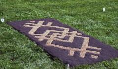 Rokiškio dvaro kiemą nuklojo kilimais