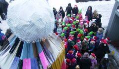 """Rokiškėnų ,,Didžiausią su bumbulu žieminę kepurę"""" filmavo TV3"""