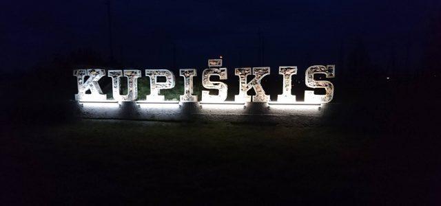 Sutemus akmeninis Kupiškio miesto pavadinimas paskęsta šviesose
