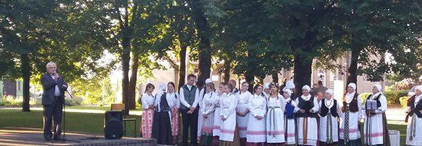 Kavarskiečiai tautišką giesmę giedojo miesto aikštėje