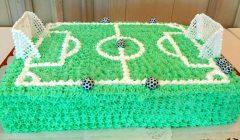 Suvalgytas atnaujinto Anykščių centrinio stadiono šventinis tortas