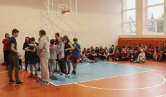 Šimonių mokyklos atnaujintos sporto salės danga – krepšinio kamuolio spalvos