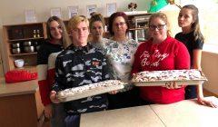 KTVM moksleivių pyragus maltečiai išdalino senoliams