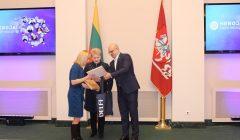 """Prezidentė apdovanojo kupiškietę mokytoją Dianą Balužytę – delfi.lt projekto """"Herojai tarp mūsų"""" dalyvę"""