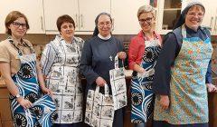 """Susibūrimo """"Giesmių pynė – Marijai"""" dalyvės seserys vienuolės dovanų gavo prijuostes"""