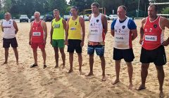 Dėl pirmos vietos kovoja Kupiškio ir Rokiškio paplūdimio tinklinio veteranai