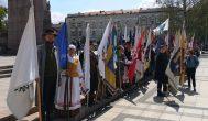 Katedros aikštės vėliavų jūroje – ir Rokiškio, Kupiškio bei Anykščių vėliavnešiai
