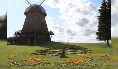 """""""Obelinės"""" šventė pasitinka floristikos kilimu – rudeninių žiedų ir obuolių verpste"""