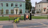 Rekonstruotą aikštę kupiškėnai šluosto skudurėliu