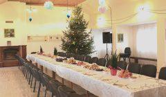 Kupiškio parapijos namuose baltai dengiamas Kūčių stalas