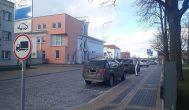 Elektromobiliams skirtoje vietoje parkuojasi visokie automobiliai